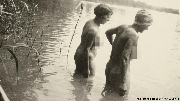 two naked women at Lake Chiemsee in Bavaria, 1933 (picture-alliance/IMAGNO/Christ)