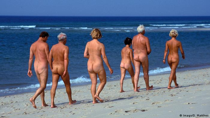 a group of people walking naked at the beach (Imago/D. Matthes)