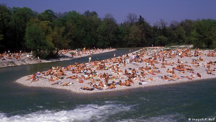 Viele Nackte sonnen sich an der Isar in München. (Imago/K-P. Wolf)