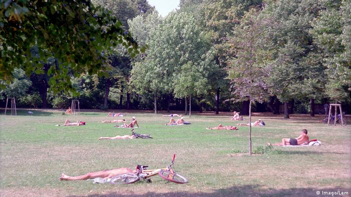 Sunbathing at the Volkspark Friedrichshain, 1999 (Imago/Lem)