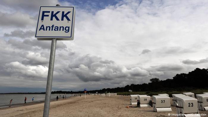 Oznaka FKK za nudističku plažu - čest prizor u Njemačkoj