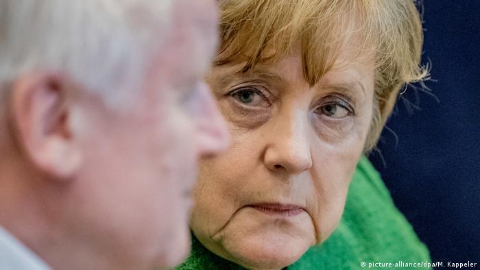 Deutschland Angela Merkel spricht mit Horst Seehofer