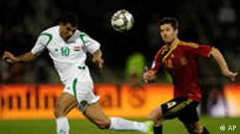 Mahmoud klärt vor Xavi (AP Photo/Themba Hadebe)