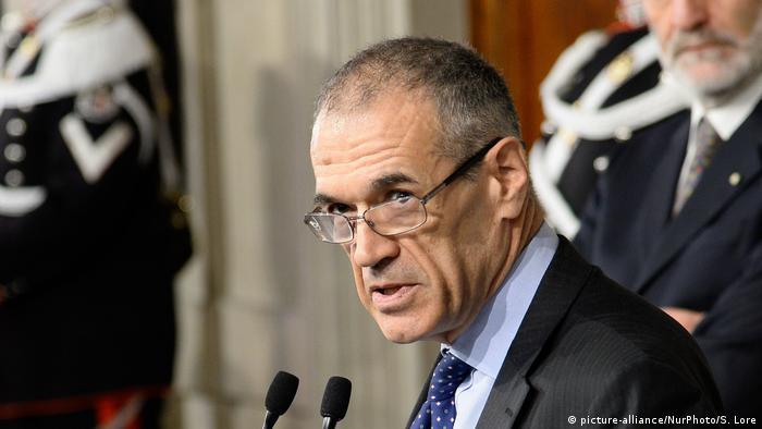 El economista Carlo Cottarelli recibió el 28 de mayo de 2018 el encargo de formar Gobierno en Italia por parte del presidente, Sergio Mattarella, después de que fracasara el intento de una coalición populista de nombrar al Ejecutivo.