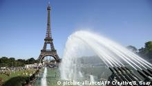 People cool off in the Trocadero's fountains in front of the Eiffel Tower, Paris, Ile-de-France, France |