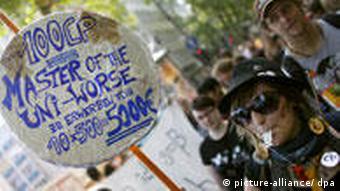 Schüler und Studenten demonstrieren am Mittwoch (17.06.2009) in Köln. Die Protestaktion ist Teil der bundesweiten Aktionswoche, bei der unter anderem mit Vorlesungsboykotts und Institutsbesetzungen auf Missstände im Bildungswesen aufmerksam gemacht werden soll. (Foto: dpa)
