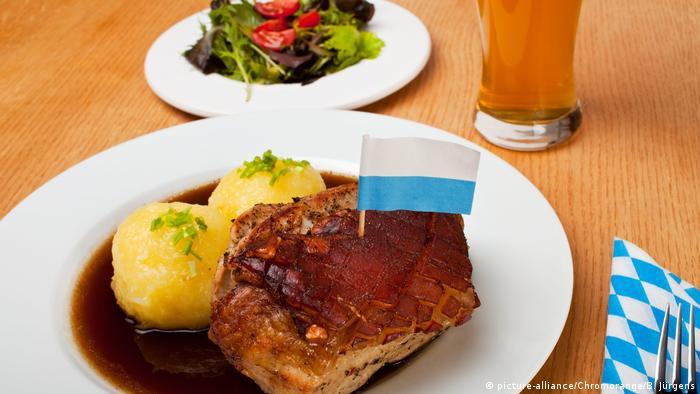Deutschland bayerischer Schweinebraten mit Kartoffelknödel (picture-alliance/Chromorange/B. Jürgens)