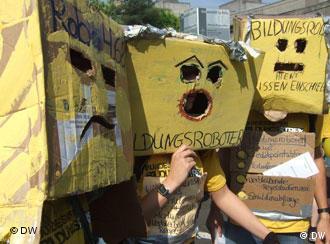 Drei Studenten, die als Roboter verkleidet sind