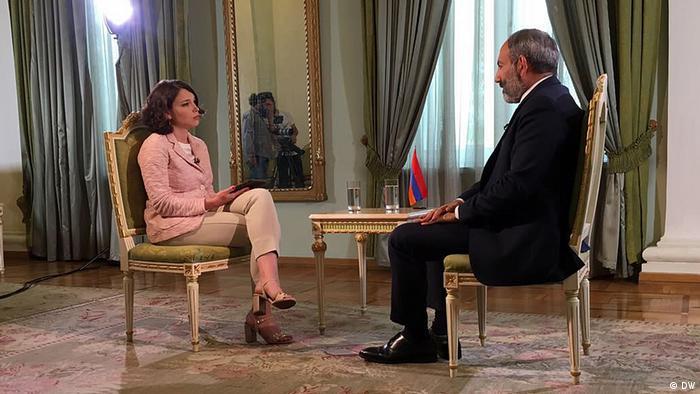 DW: Никол Пашинян о смене власти в стране, призывах прекратить протесты и хороших отношениях с Путиным