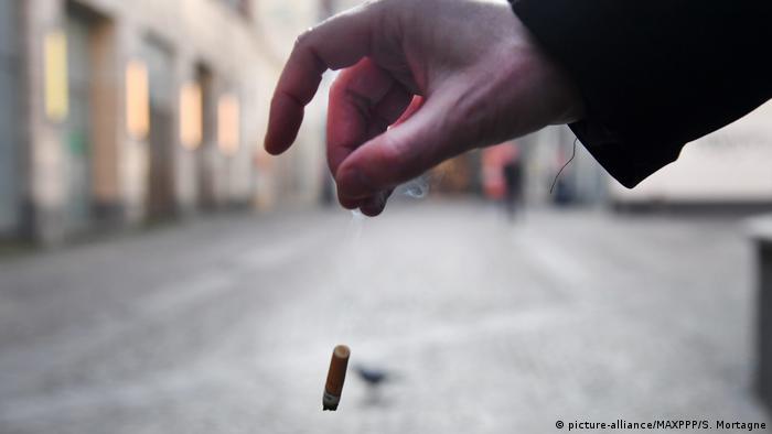 Zigarettenstummel wegwerfen