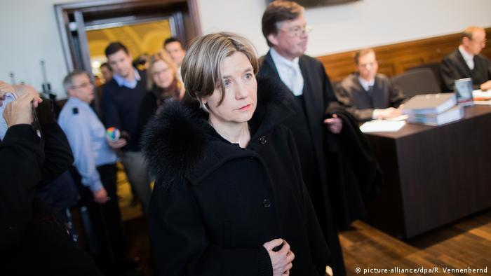 Maike Kohl-Richter arrives in court in Cologne, germany (picture-alliance/dpa/R. Vennenbernd)