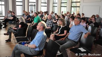 Слушатели открытой дискуссии в Бонне об истории войны нацистской Германии на востоке Европы