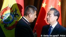 bolivianischen Außenminister, Fernando Huanacuni, mit dem Außenminister Chinas, Wang Yi