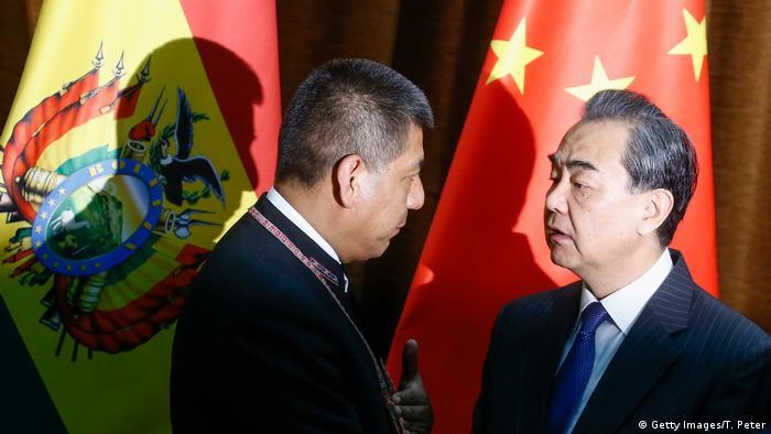 El ministro de Relaciones Exteriores boliviano, Fernando Huanacuni, se reunió hoy en Pekín con su homólogo chino, Wang Yi, para analizar los lazos entre los dos países. Ambos ministros quieren, asimismo, facilitar los preparativos para la visita al país asiático del presidente Evo Morales, prevista para el próximo mes de junio. (29.05.2018).