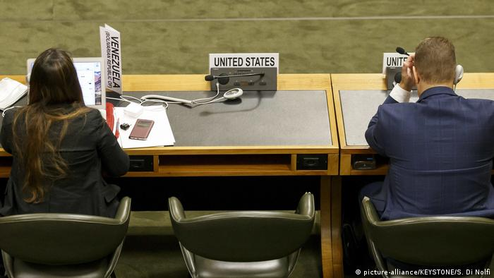 US Ambassador Robert Wood leaves his seat empty as the Syrian delegation speaks (picture-alliance/KEYSTONE/S. Di Nolfi)