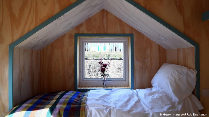 Bett in einem Haus des Social Bite Village (Foto: Getty Images/AFP/A. Buchanan)