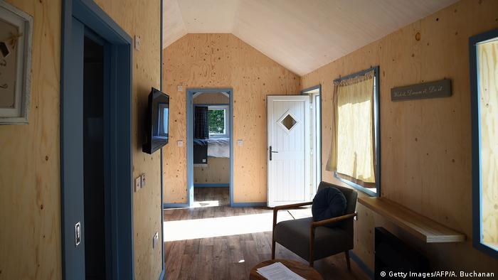Wohnraum eines Hauses des Social Bite Village (Foto: Getty Images/AFP/A. Buchanan)