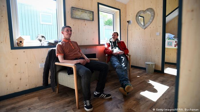 Sonny Murray (l.) und Colin Childs sitzen in einem Haus des Social Bite Village (Foto: Getty Images/AFP/A. Buchanan)