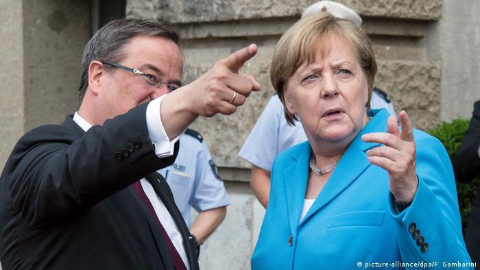 Deutschland Jahrestag 25 Jahre Solinger Brandanschlag | Angela Merkel und Armin Laschet (picture-alliance/dpa/F. Gambarini)