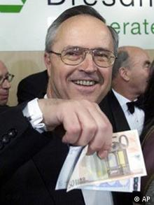 ARCHIV - Finanzminister Hans Eichel haelt am 1. Jan. 2002 in Berlin einge Euro-Banknoten in die Kamera. Der drohende Blaue Brief der Europaeischen Union an Deutschland wegen des hohen Haushaltsdefizits ist endgueltig vom Tisch. Darauf verstaendigten sich die EU-Finanzminister am Dienstag, 12. Feb. 2002, in Bruessel. (AP Photo/Roberto Pfeil)
