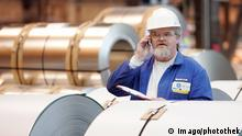 German worker making a phone call (Imago/photothek)