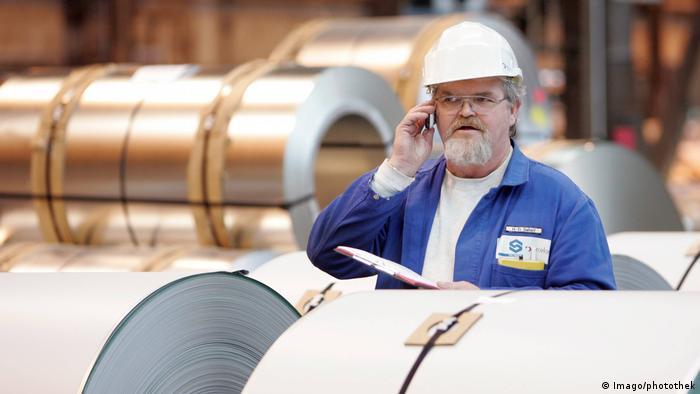 Deutschland Mitarbeiter kontrolliert zum Abtransport bereitgestellte Stahlbuende Coils in Eisenhüttenstadt