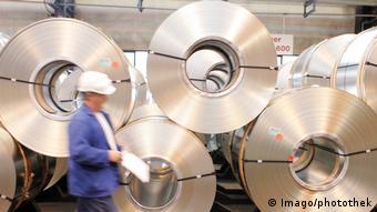 Ρόλοι θερμής έλασης (coils) σε εργοστάσιο της ανατολικογερμανικής πόλης Αϊζενχύτενστατ