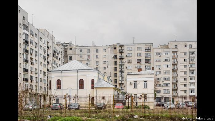 Голямата Полска синагога - заградена отвсякъде от панелни блокове