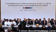 29.05.2018, Frankreich, Paris: Emmanuel Macron (M), Präsident von Frankreich, nimmt an der Libyen-Konferenz im Elysee-Palast teil. An der Konferenz nehmen Vertreter aus zwanzig verschiedenen Ländern teil, darunter rivalisierende Politiker des Krisenlandes. Foto: Etienne Laurent/EPA POOL/AP/dpa +++(c) dpa - Bildfunk+++  