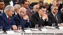 29.05.2018, Frankreich, Paris: Chalifa Haftar (l-r), Generalstabschef von Libyen, Aguila Saleh Issa, Präsident des Repräsentantenhauses von Libyen, Fajis al-Sarradsch, Premierminister von Libyen, und Khaled Mechri, Präsident des Hohen Staatsrats, nehmen an der Libyen-Konferenz im Elysee-Palast teil. An der Konferenz nehmen Vertreter aus zwanzig verschiedenen Ländern teil, darunter rivalisierende Politiker des Krisenlandes. Foto: Etienne Laurent/EPA POOL/AP/dpa +++(c) dpa - Bildfunk+++ |