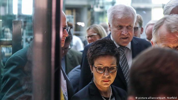 Deutschland, Berlin: Bundestags-Innenausschusses zur Bamf-Affäre, Horst Seehofer und Jutta Cordt