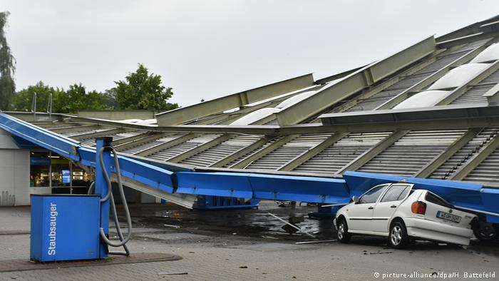 Collapsed petrol station roof (picture-alliance/dpa/H. Battefeld)