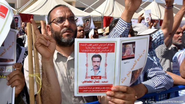 تجمعکنندگان در برابر دادگاه عکس یکی از قربانیان پیشین رژیم بنعلی در تونس را در دست گرفتهاند