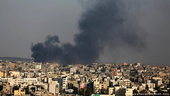 A picture taken from Gaza City on May 29, 2018, shows a smoke billowing in the background following an Israeli air strike on the Palestinian enclave. (picture-alliance/ZUMA Wire/A. Amra)