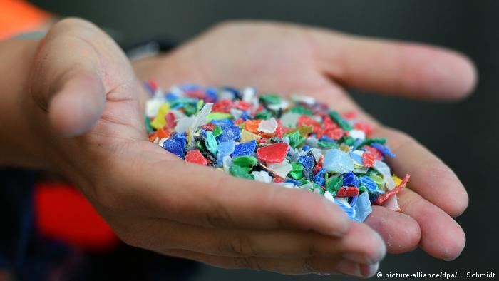 Um aus alten PET-Flaschen Polyesterfäden herzustellen, müssen die Plastikflaschen-Flakes zunächst eingeschmolzen, eingefärbt und zu dünnen Fäden verarbeitet werden. Polyester ist ein vielfältig einsetzbarer Kunststoff.