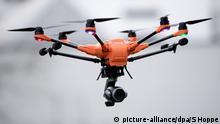ARCHIV - 14.09.2017, Bayern, München: Eine Drohne der Polizei fliegt bei einem Pressetermin. (zu dpa: Ob Patriot, Survivor oder Jetski, ob Terrorgefahr oder Elektromobilität: Die Polizei rüstet auf, Fuhrpark und Flotte werden immer vielfältiger: zu Wasser, zu Lande und in der Luft.) Foto: Sven Hoppe/dpa +++(c) dpa - Bildfunk+++ | Verwendung weltweit