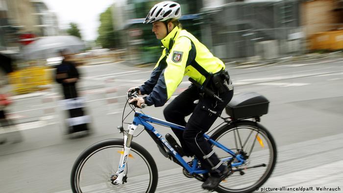 Поліцейський на велосипеді у Дюссельдорфі