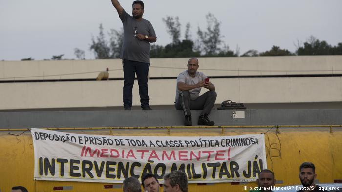 Grupos que apoiam ditadura se infiltram entre os grevistas