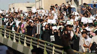 Demonstration von Oppositionsanhängern in Teheran im Juni (Foto: AP/Fars)