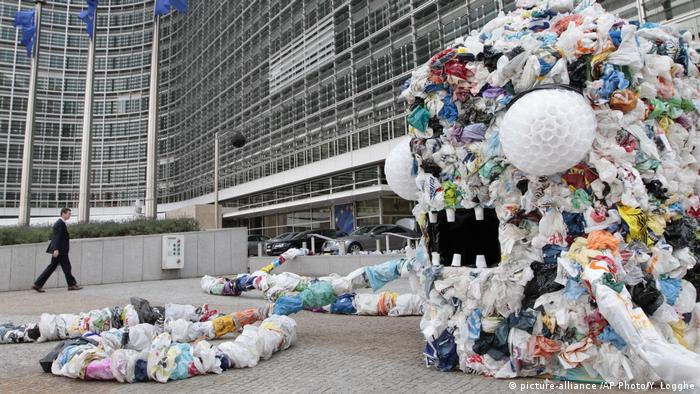 EU Umweltbarometer | 'Plastic Bag Monster' (picture-alliance /AP Photo/Y. Logghe)