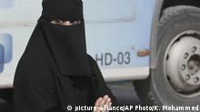 Saudi-Arabien Verschleierte Frau auf der Straße