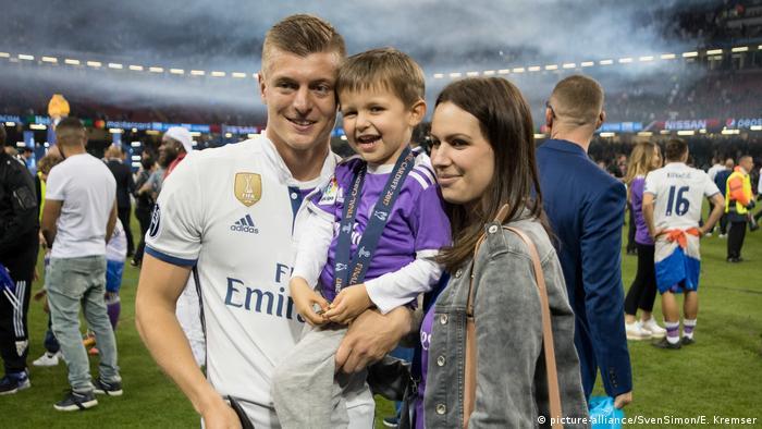 Тони Кроос с женой Джессикой и сыном Леоном
