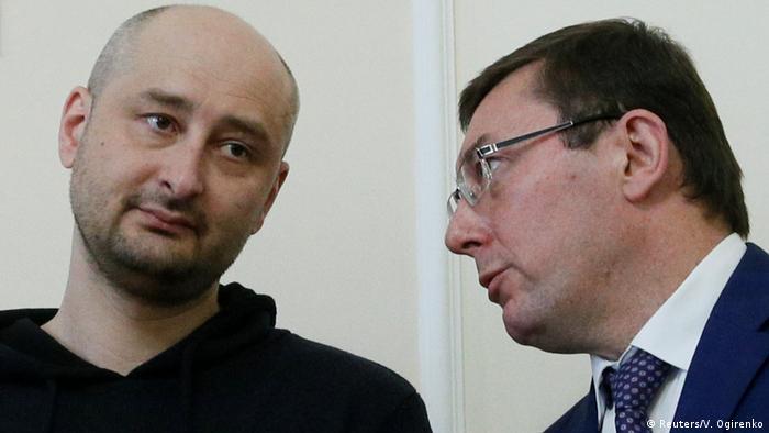 Ukraine Journalist Arkadi Babtschenko PK in Kiew   mit Yuriy Lutsenko