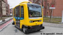 Deutschland Berlin Autonomer Bus auf dem Charite Gelände