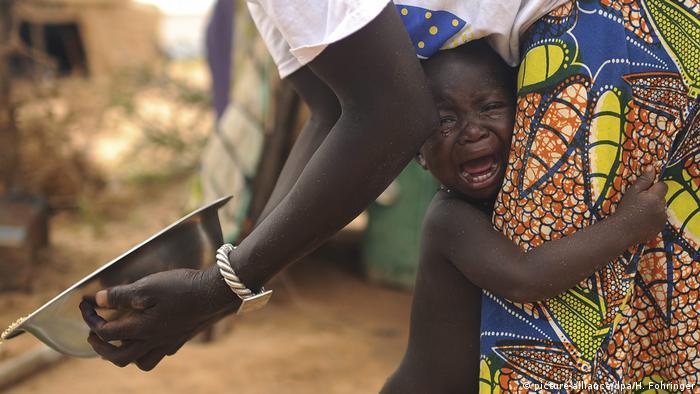 Burkina Faso Kind in einem Flüchtlingslager (picture-alliance/dpa/H. Fohringer)
