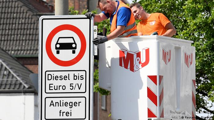 6a1d7ddbea855c Hamburg installs traffic signs to implement partial ban on old diesel cars  (Reuters F