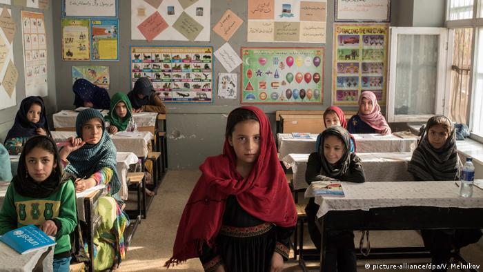 Afganistan'da kız çocuklarının önündeki eğitim engeli erkeklere göre daha fazla.