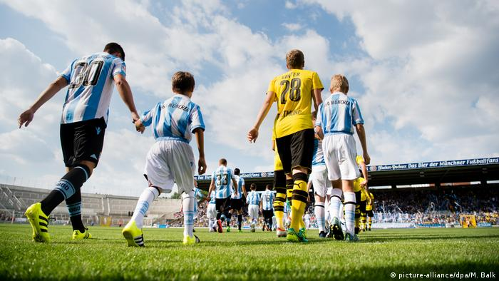 Soccer players and escort kids (picture-alliance/dpa/M. Balk)