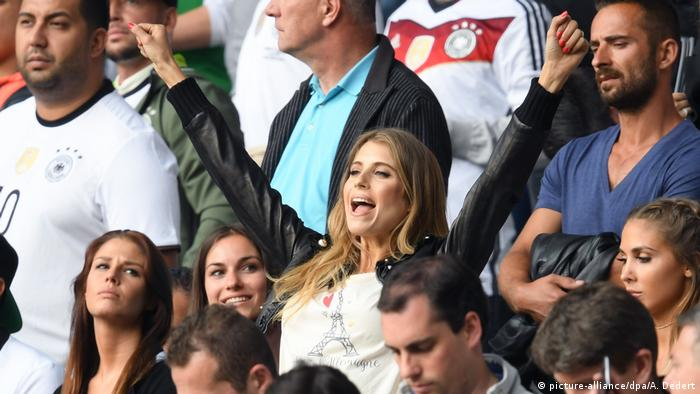 Cathy Hummels cheering in the stands (picture-alliance/dpa/A. Dedert)