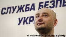 30.05.2018, Ukraine, Kiew: Der angeblich in Kiew ermordete russische Journalist Arkadi Babtschenko lauscht auf einer Pressekonferenz des ukrainischen Geheimdienstes SBU einer Frage. Der angebliche Mord an dem regierungskritischen russischen Journalisten in Kiew ist nach Angaben des ukrainischen Geheimdienstes SBU eine Spezialoperation gewesen. Babtschenko erschien am Mittwoch lebendig und unverletzt bei einer Pressekonferenz des SBU. Foto: Efrem Lukatsky/AP/dpa +++(c) dpa - Bildfunk+++